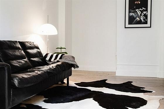 Koeienhuid als zwart wit vloerkleed in je woonkamer for Vloerkleed woonkamer