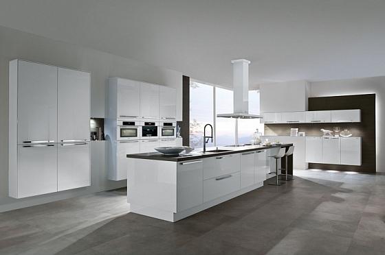 Hoogglans witte keuken met bar passend in elk interieur interieur wensen - Witte keukenfotos ...