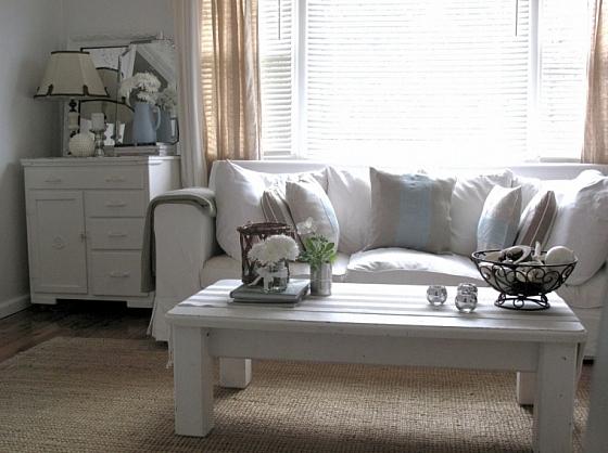 Woonkamer met linnen brocante bank en kussens interieur Brocante woonkamer