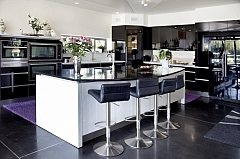 Moderne hoogglans keuken met bar