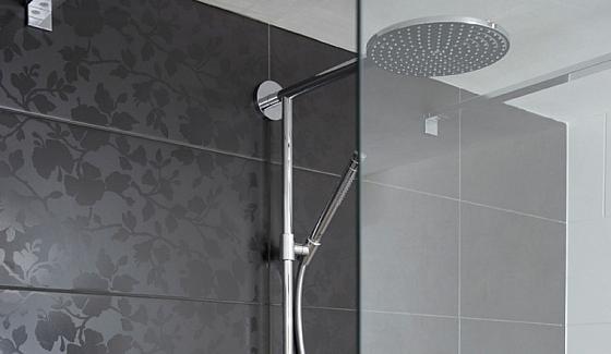 Badkamertegels Felle Kleuren : Zwarte badkamertegels met bloemmotief « interieur wensen