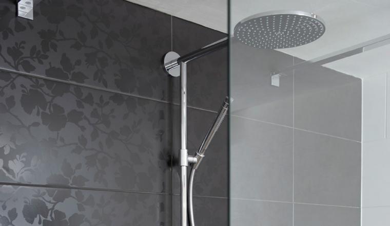 Badkamertegels Ideeen : Zwarte badkamertegels met bloemmotief ...